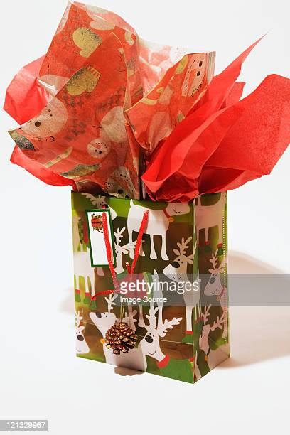 Weihnachts-Geschenktasche vor weißem Hintergrund