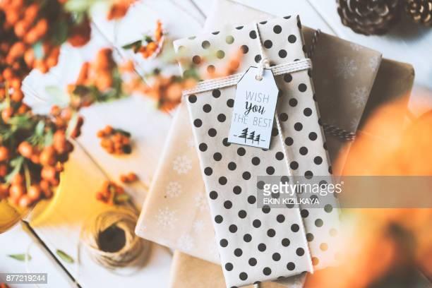 Weihnachten Geschenk Box Stack am Tisch, wünschen Ihnen das beste