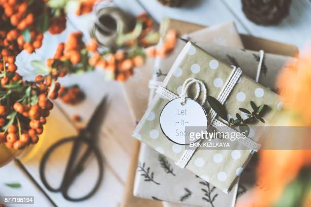 Weihnachten Geschenk Box Stack auf Holztisch, lassen Sie es Schnee