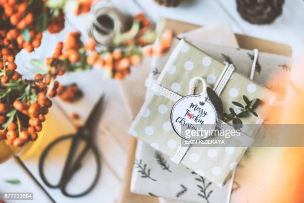 Weihnachts-Geschenk-Box Stapeln auf Holztisch