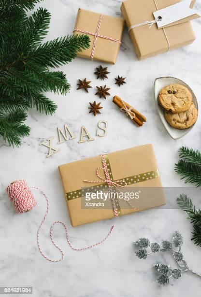 weihnachts-geschenk-boxen mit themen winterdekorationen - geschenk stock-fotos und bilder