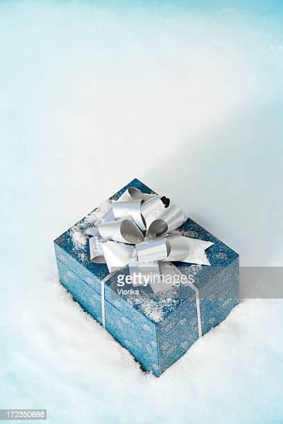 Weihnachtsgeschenk in Schnee