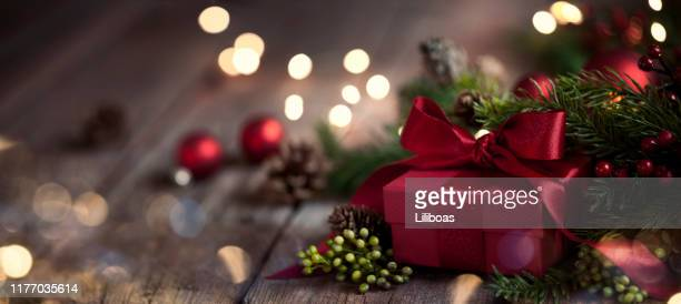 christmas gift on old wood background - feriado imagens e fotografias de stock
