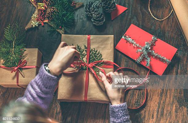 christmas gifts are ready - avvolto foto e immagini stock