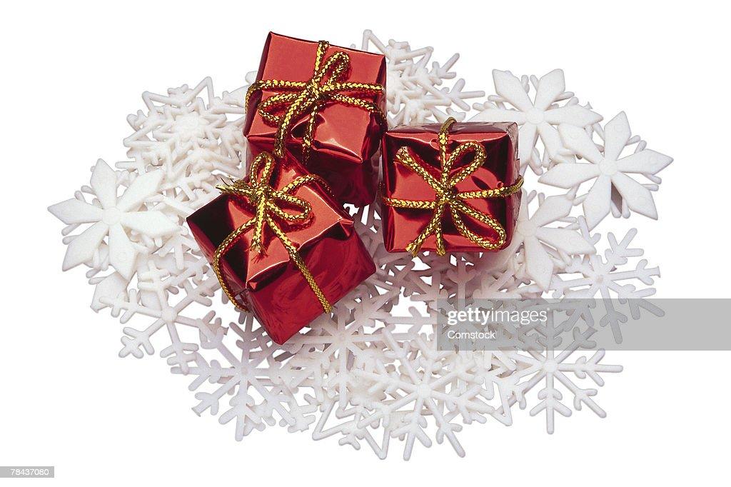 Christmas gifts on top of snowflakes : Stockfoto