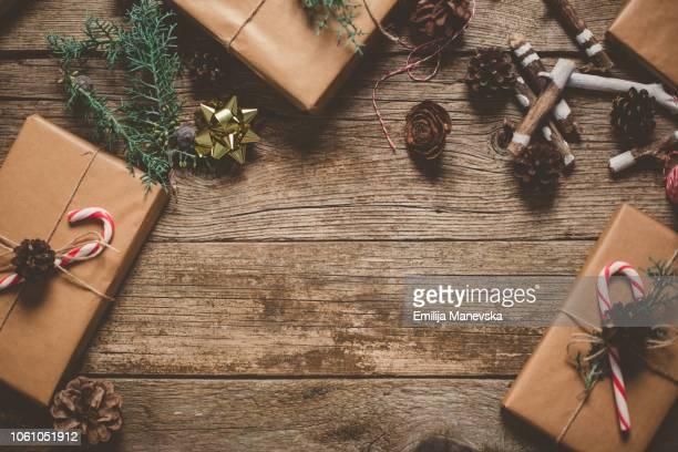 christmas gifts on wooden table - dekoration stock-fotos und bilder