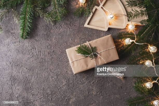 christmas gifts with christmas decoration on wooden background closeup - twijg stockfoto's en -beelden
