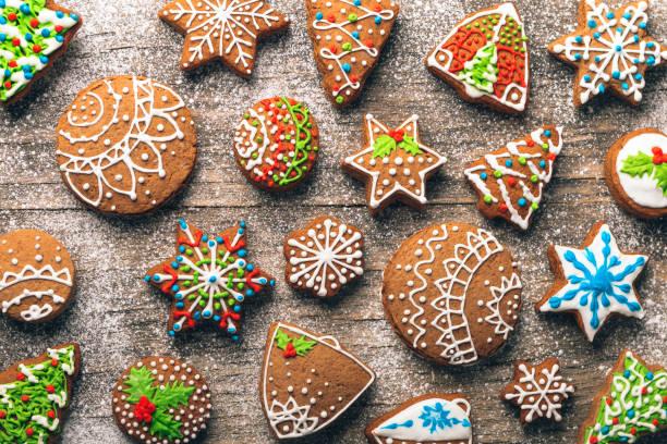 聖誕姜餅木制的桌子上 - 餐後甜品 個照片及圖片檔