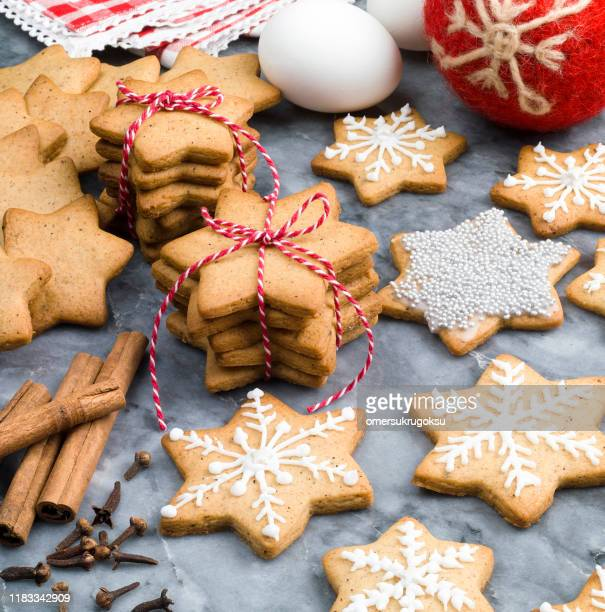 christmas gingerbread cookies - cookie stock pictures, royalty-free photos & images