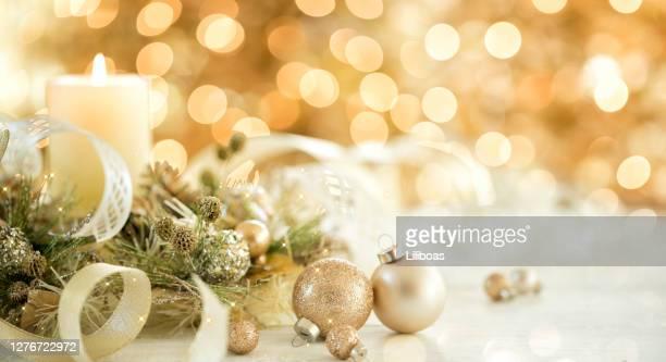 クリスマスゴールドの装飾とキャンドル - 公的祝日 ストックフォトと画像