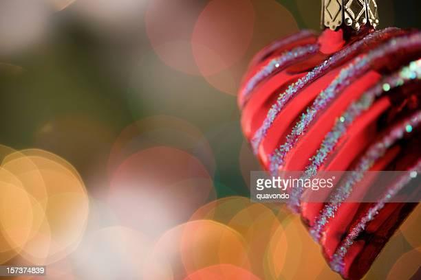 クリスマスオーナメント垂れ下がるハートの前にある信号ボケ、Copyspace