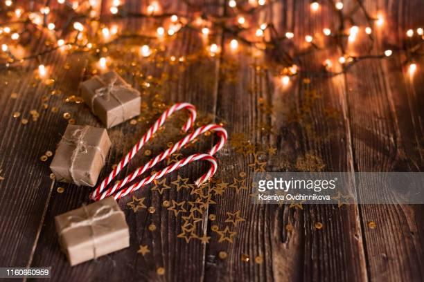christmas holiday background, christmas table background with decorated christmas tree and garlands. beautiful empty christmas room. new year frame for your text - último cuarto deportes fotografías e imágenes de stock