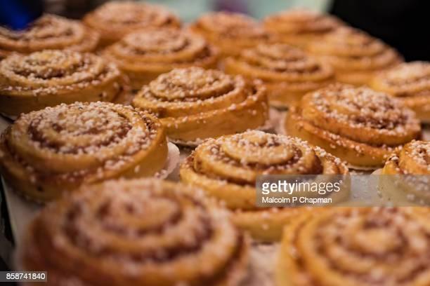 christmas in sweden - cinnamon buns (kanelbullar) - schweden stock-fotos und bilder