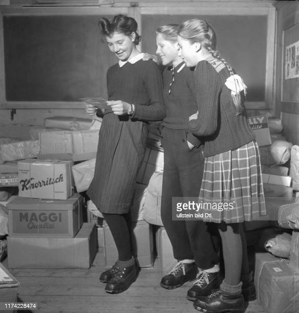 Christmas in the destroyed village BlauseeMitholz 1947 Girls with parcels