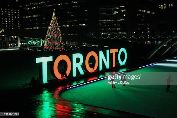 christmas in toronto - 市庁舎前広場 ストックフォトと画像