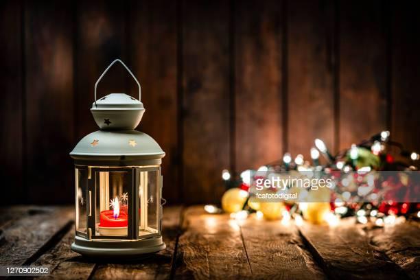 木製のテーブルの上にクリスマスランタン。スペースをコピーする - ランタン ストックフォトと画像
