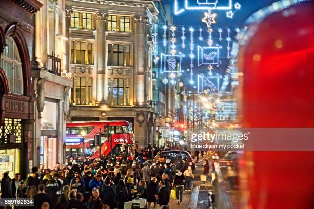 christmas lights and crowds of shoppers. on oxford street, london. - rua oxford - fotografias e filmes do acervo