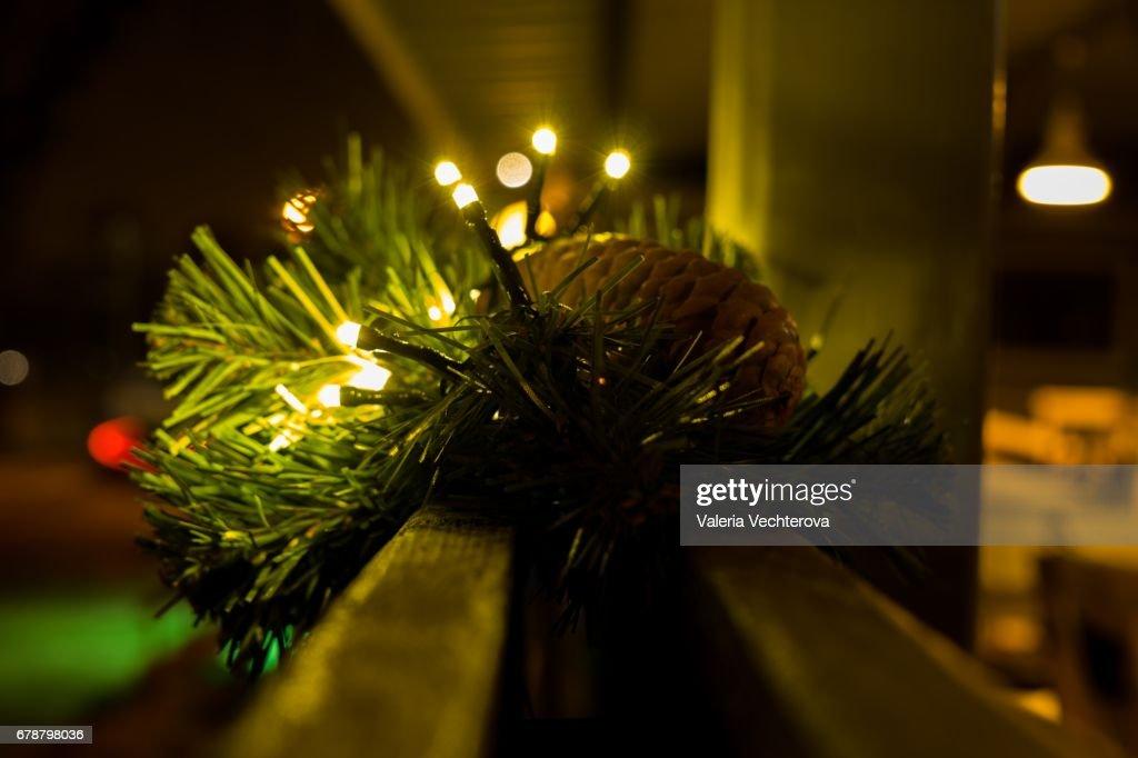 Weihnachtsbeleuchtung Kegel.Weihnachtsbeleuchtung Auf Kiefer Mit Kegel Dekoration In Der Nacht
