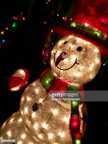 christmas, light-up snowman yard decor, night - inclinando se - fotografias e filmes do acervo