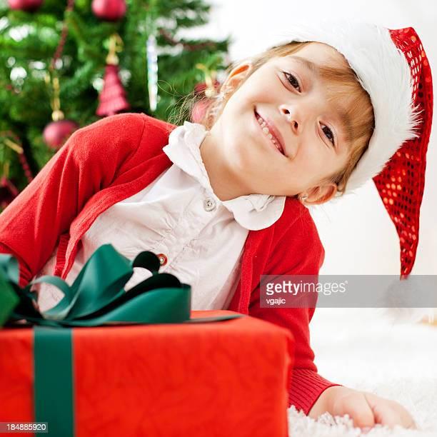 Weihnachten Mädchen mit einem Geschenk