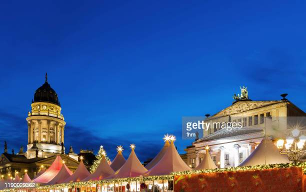 christmas market at gendarmenmarkt square at blue hour (berlin, germany) - konzerthaus berlin stock pictures, royalty-free photos & images