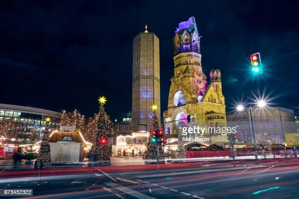 christmas market at kurfuerstendamm in berlin illuminated at night - memorial kaiser wilhelm - fotografias e filmes do acervo