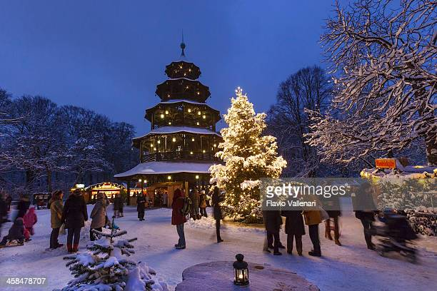 mercado navideño en la englischer garten, munich - munich fotografías e imágenes de stock