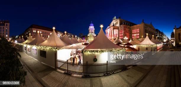 christmas market at the gendarmenmarkt at blue hour - panorama (berlin, germany) - konzerthaus berlin - fotografias e filmes do acervo