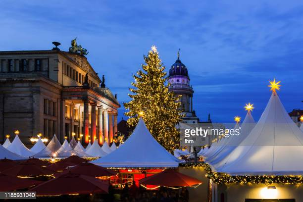 christmas market at the gendarmenmarkt at blue hour (berlin, germany) - konzerthaus berlin stock pictures, royalty-free photos & images