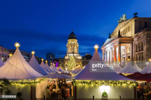 christmas market at the gendarmenmarkt (berlin, germany) - gendarmenmarkt stock pictures, royalty-free photos & images