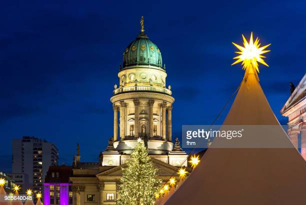 christmas market at the gendarmenmarkt (berlin, germany) - konzerthaus berlin - fotografias e filmes do acervo