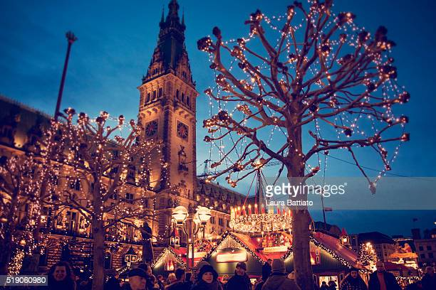 christmas market at the hamburg rathaus markt - hamburg germany stock pictures, royalty-free photos & images