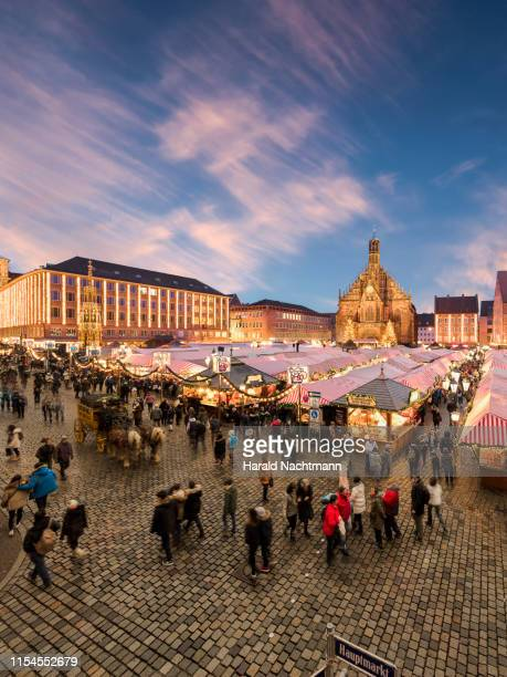 """christmas market """"christkindlesmarkt"""" with church of our lady in the background, nuremberg, bavaria, germany - nuremberg stock pictures, royalty-free photos & images"""