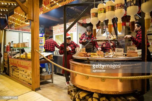 julmarknad i paris. korv, ost, gåslever - gras bildbanksfoton och bilder
