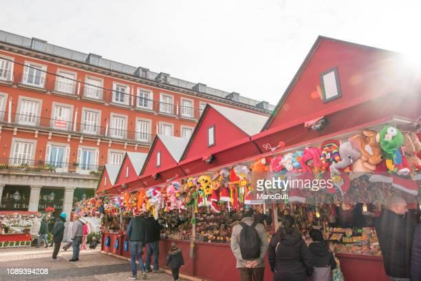 christmas market in plaza mayor, madrid, spain - banca de mercado imagens e fotografias de stock