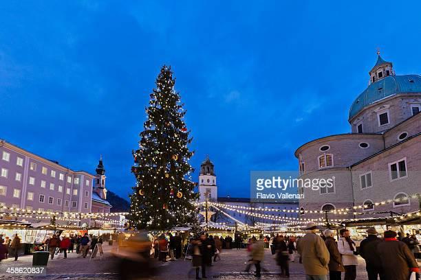 weihnachtsmarkt in residenzplatz, salzburg - salzburg stock-fotos und bilder