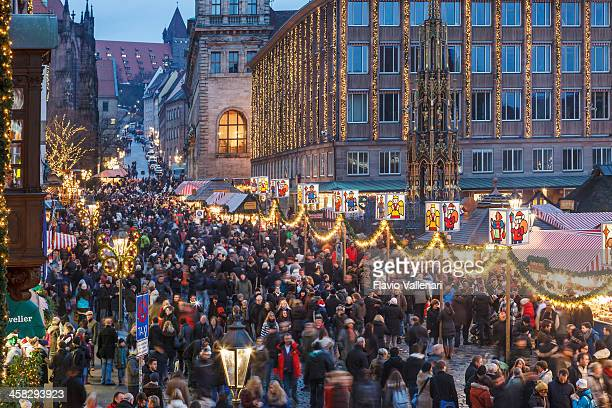 クリスマスマーケットで hauptplatz 、ニュルンベルグ - ニュルンベルク ストックフォトと画像