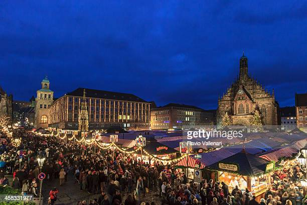 christmas market in the hauptplatz, nuremberg - nuremberg stock pictures, royalty-free photos & images