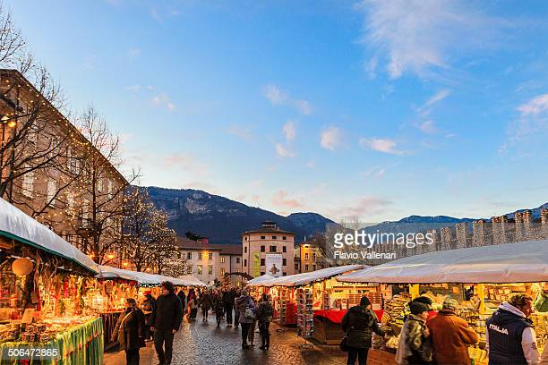 mercatino di natale a trento, italia - trento foto e immagini stock