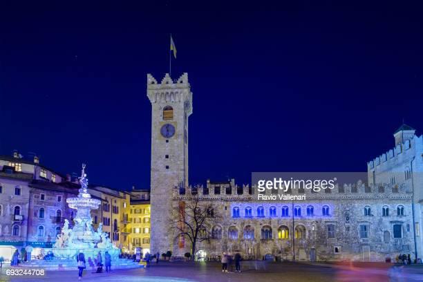 christmas market in trento, piazza duomo - italy - trento foto e immagini stock
