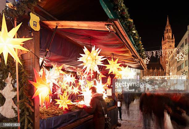 christmas market on marienplatz by new town hall - yeowell stock pictures, royalty-free photos & images
