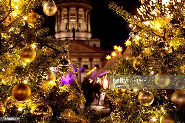 Weihnachtsmarkt mit Weihnachten-Bäumen