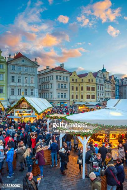 christmas markets, staromestske namesti (old town square), stare mesto (old town), unesco world heritage site, prague, czech republic, europe - alan copson stock pictures, royalty-free photos & images
