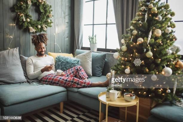 クリスマスの朝、自宅 - ナイトウェア ストックフォトと画像