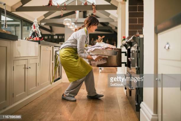 christmas morning preparation - cozinha doméstica imagens e fotografias de stock