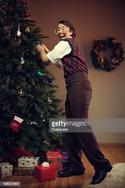 grand dadais enfant décorer un arbre de noël - sapin de noel humour photos et images de collection