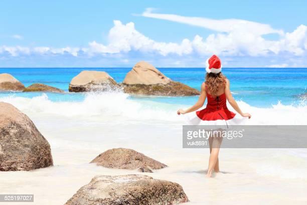 christmas on the beach - verleidelijke vrouw stockfoto's en -beelden