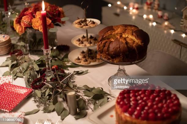 tavolo da dessert natalizio o natalizio - panettone foto e immagini stock