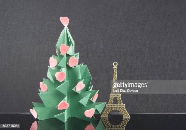 christmas origami tree. more and more people are using their mobile phones to learn how to do crafts - gratuit photos et images de collection