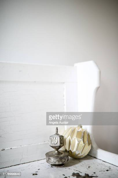 christmas ornament and hanukkah dreidel decoration - estrella de los reyes magos fotografías e imágenes de stock